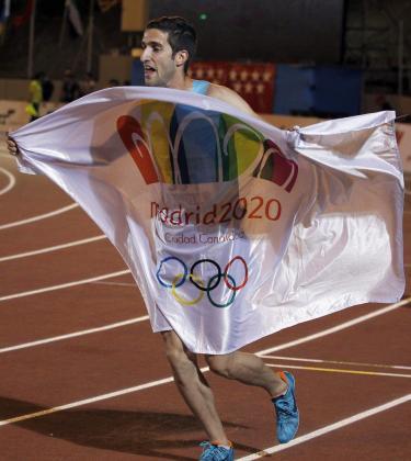 El atleta David Bustos celebra la victoria en la final de los 1500 metros durante el Campeonato Nacional Absoluto de Atletismo.