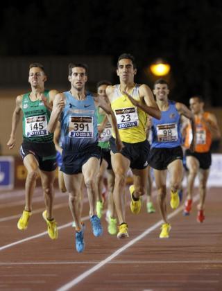 El atleta David Bustos (dorsal 391) vence en la final de los 1500 metros en el Campeonato Nacional Absoluto de Atletismo.