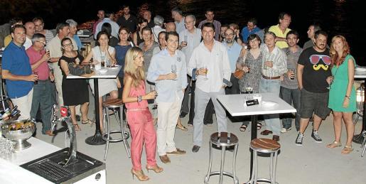 Jaime Moreda, en el centro de la imagen, junto a sus compañeros de Ultima Hora en la cena de despedida.