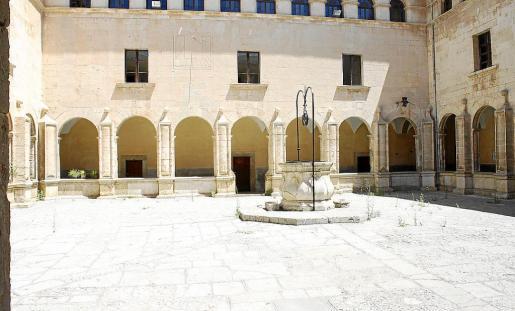 El claustro del convento de Sant Francesc de Inca y su bella cisterna en el centro. A la derecha, el padre Cerdà, fundador de la comunidad de Inca.