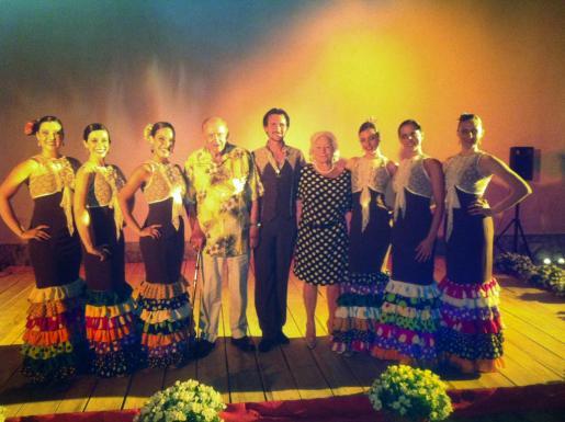 El matrimonio Egger con los integrantes del Ballet Español Illes Balears