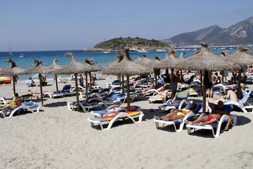 El turismo, tanto local como extranjero, adora Sant Elm, una playa amplia de arena blanca.