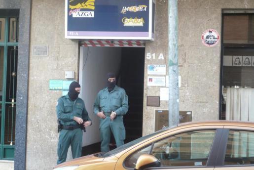 Agentes encapuchados durante el registro de ayer en Pere Garau.