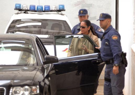 """La tonadillera Isabel Pantoja, saliendo de los juzgados de Marbella al quedar en libertad tras abonar la fianza de 90.000 euros impuesta por el juez instructor del """"caso Malaya"""", en mayo de 2007."""
