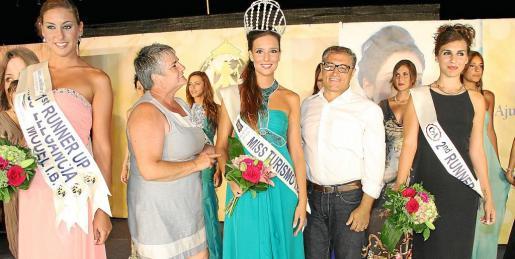 Lorena Abrines, la teniente de alcalde de Andratx, Katia Rovarch; Natalia Ferrer, el alcalde de Andratx, Lorenzo Suau; y Bárbara Perelló.