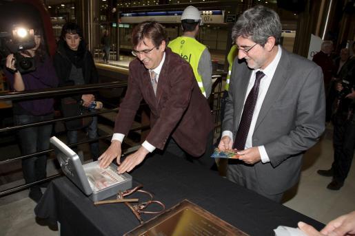 """Francesc Antich y Gabriel Vicens guardan un ejemplar de Ultima Hora en la caja que se ocultará bajo la """"primera piedra"""" de las obras de electrificación del tren."""