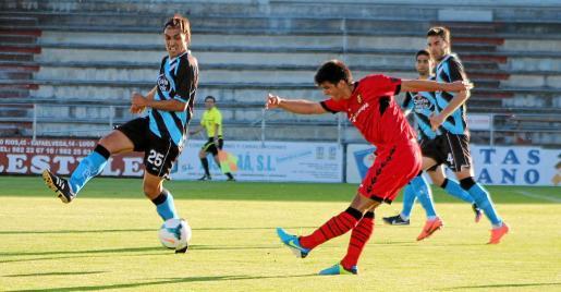 Gerard Moreno, delantero del Mallorca, dispara a puerta durante el amistoso ante el Lugo disputado ayer en el Anxo Carro.
