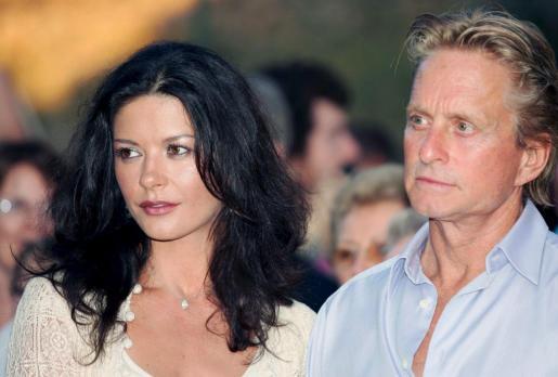 Foto del 02 de julio de 2006 del actor estadounidense Michael Douglas (d) y su esposa, la actriz galesa Catherine Zeta-Jones (i).