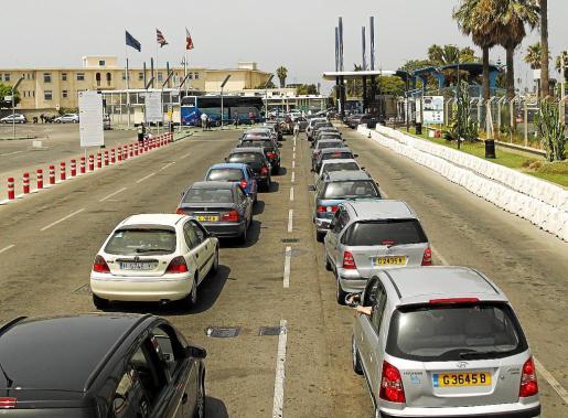 Vista de la frontera desde el lado gibraltareño, con colas de vehículos para pasar el control.