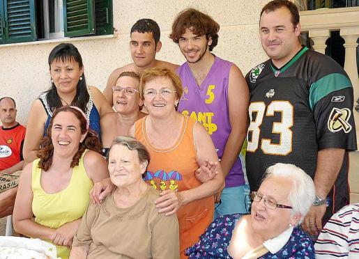 Arriba, Tomeu, Daniel e Ismael. En medio, Evelin, Maria Angels y Malena. Delante, Angelines y tía Antònia.