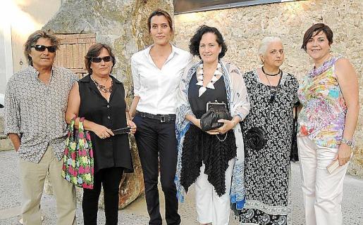 Amador, Jero Martínez, Amparo Sard, Pilar Ribal, Caterina Albertí y Aina Aguiló momentos antes de la presentación.