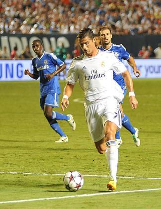 El jugador del Real Madrid Cristiano Ronaldo (frente) avanza con el balón ante Chelsea hoy, miércoles 7 de agosto de 2013, durante la final en el Sun Life Stadium en Miami (EE.UU.).