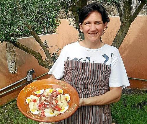 Herminia Hidalgo posa con una muestra de su receta de ensalada de patata y anchoas aliñada al Oli de Mallorca DO