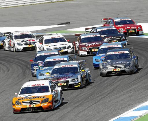 Sobre estas líneas, la salida de la primera manga del DTM 2010, celebrada en el circuito de Hockenheim. En primer término, el Mercedes de Gary Paffett, dominador de la prueba y uno de los protagonistas del arranque de la edición en curso del Campeonato Alemán de Turismos.