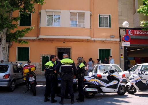 Imagen de archivo de agentes de la Policía local de Palma frente a otro edificio en Palma que tuvo que ser precintado.