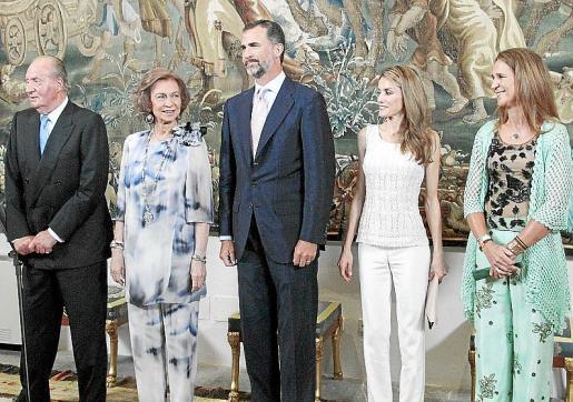 Los Reyes, los Príncipes de Asturias y la infanta Elena esperaron a que entrasen los invitados para el tradicional besamanos.