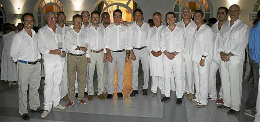 El club náutico de Palma se vistio de blanco en una cena que acogió a multitud de presonalidades y famosos de la isla.