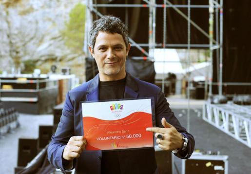 Fotografía facilitada por Madrid 2020 del cantante Alejandro Sanz, oficialmente el voluntario número 50.000 del proyecto olímpico.