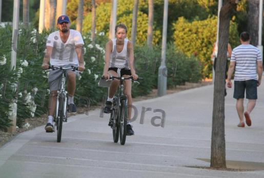 DiCaprio en bicicleta con su novia, la modelo alemana Toni Garrn.