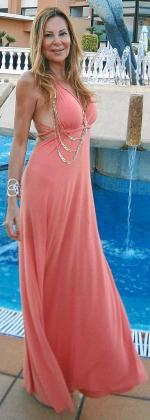 Elegante: Ana lucía en el Valparaíso un bonito vestido de color coral que resaltaba su moreno y estilizaba su figura