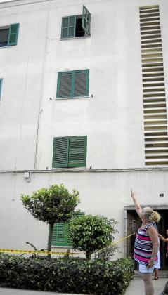 Isabel Mozos, vecina del primero, señala la ventana del tercer piso desde la que cayó la niña.