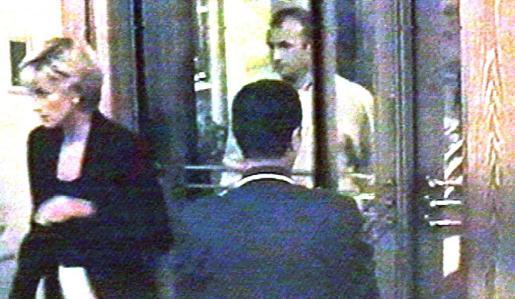 Diana de Gales saliendo del Hotel Ritz de París antes de morir en accidente.