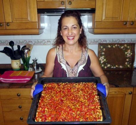 Manuela Molina con su receta de coca de pimientos rojos con Oli de Mallorca D.O.