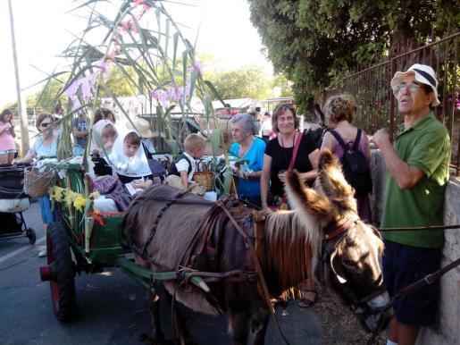 Los 'carretons' adornados y preparados para el concurso pasearon por la entrada del monasterio.