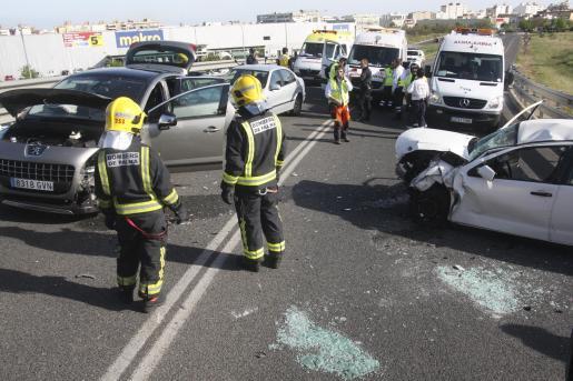 Varios coches han chocado frontalmente, dejando hasta cinco heridos.