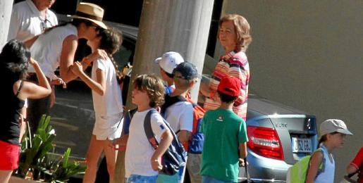 Doña Sofía fue con la Infanta Elena al Club de Vela Calanova para acompañar a sus nietos a iniciar un cursillo.