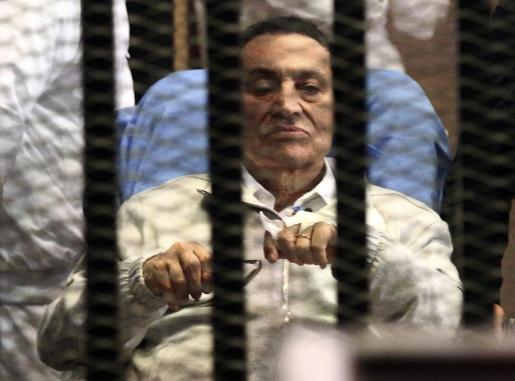 El ex presidente egipcio Hosni Mubarak durante una de las sesiones del juicio al que fue sometido.