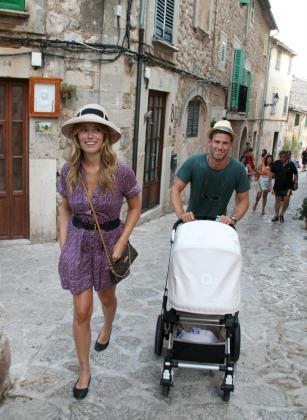 Patricia Conde y su marido paseando por Valldemossa.