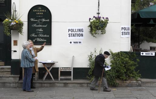 Ciudadanos empadronados en Chelsea acuden a votar a un pub de la zona habilitado como centro electoral. g Foto: KEVIN COOMBS/REUTERS