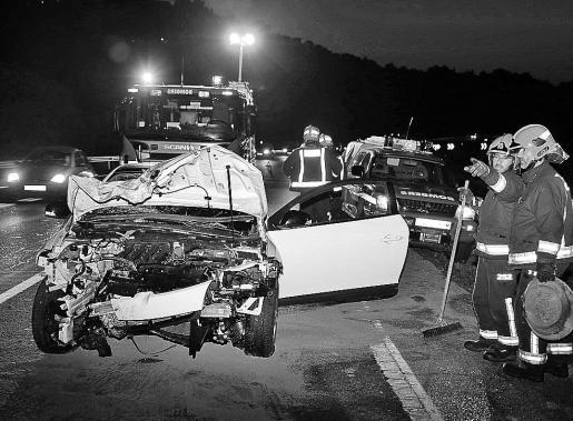 A pesar de la aparatosidad del accidente, los dos jóvenes ocupantes salieron ilesos. Fotos: VASIL VASILEV