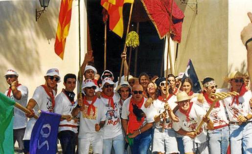 Se trata de una de las fiestas más divertidas y reivindicativas de la comarca desde hace 30 años. A la derecha, la 'Quica', que es el emblema del Coso.