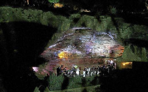 Juegos de luces para iluminar la actuación de la Glissando Big Band en sa Covassa.