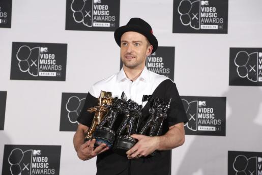 Justin Timberlake posan con todos los premios que recibió.