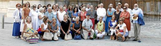 Los feligreses asistentes a la visita de la Seu y Llit de la Mare de Déu Morta en la que ejerció de guía el canónigo de la Seu, Joan Darder.