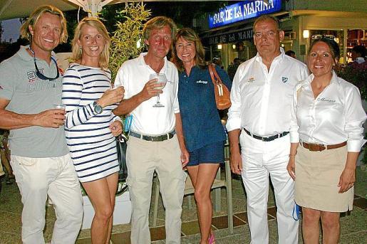 Marcus Desaunois, Regina Knap, Tim y Nathalie Liesenhoff, José Rabade y Lilian Rosano celebrando la victoria del 'Marigan' en la clase Época Cangreja.