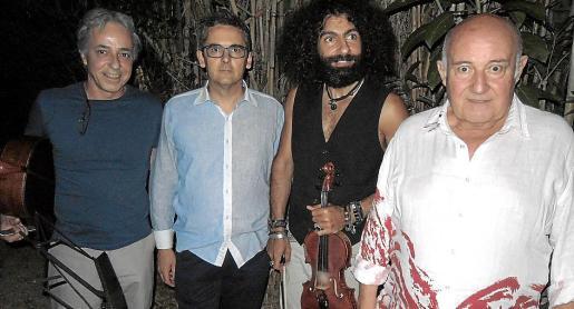 Fernando Egozcue, Antoni Planas, Ara Malikian y Joan Riera Ferrari, instantes antes de que diera comienzo el recital en la magnífica finca del pintor.