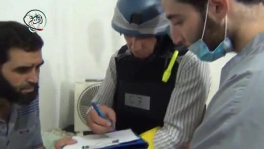 Imagen de los expertos de la ONU que visitaron ayer las zonas de Siria en las que se produjo el ataque con armas químicas.