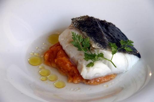 Bacalao confitado en Oli de Mallorca D.O., caldo de sus pieles y puré de patata y pimentón ahumado