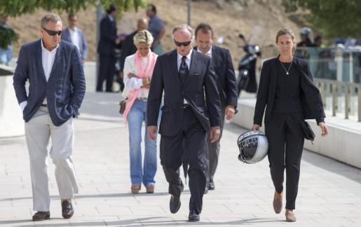 Una hermana y un hermano (2d) de Álvaro Bultó, a su llegada este mediodía al tanatorio de Sant Gervasi de Barcelona.