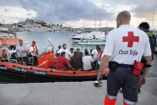 La lancha de Cruz Roja llega al puerto de Eivissa con los marineros rescatados del naufragio.