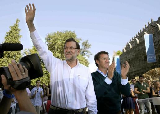 El presidente del Gobierno, Mariano Rajoy, saluda junto al titular de la Xunta, Alberto Núñez Feijóo.