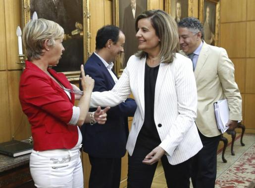 La ministra de Empleo y Seguridad Social, Fátima Báñez (2ºd), saluda a la secretaria de Política Social de UGT, Carmen López (i), y al secretario confederal de Protección Social y Políticas Públicas de CCOO, Carlos Bravo (2ºi).