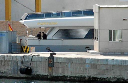 Dos tripulantes realizan tareas de mantenimiento a bordo del 'Fortuna', atracado en la base naval del Portopí.