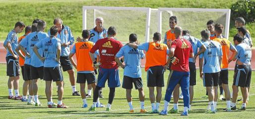 El seleccionador español, Vicente del Bosque, da instrucciones a sus hombres durante el entrenamiento que los campeones del mundo realizaron ayer.