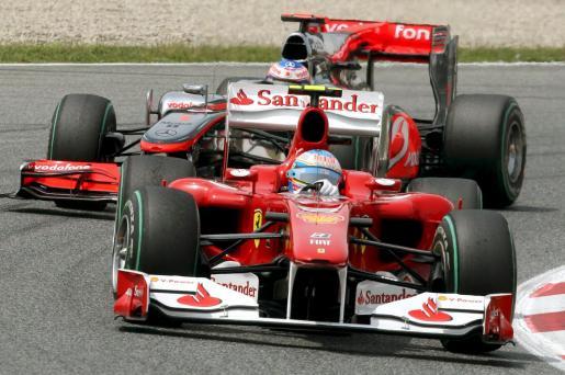 El piloto español Fernando Alonso (Ferrari), persguido por el ingles Jenson Button (McLaren Mercedes), durante el Gran Premio de España de Fórmula Uno que se disputa en el Circuito de Catalunya en Montmeló (Barcelona).