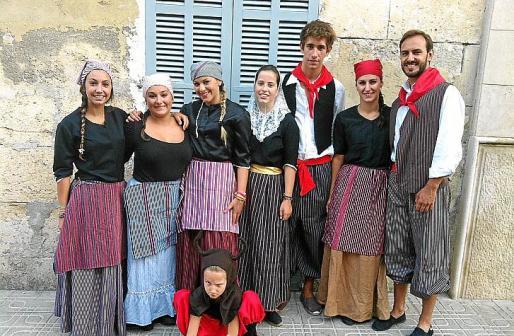 Aurora Llopis, Isabel Llopis, Marta Roig, Laura Terrasa, Xavi Benejam, Irene Jhonson, Simón Llopis y la pequeña Rosa Llopis.